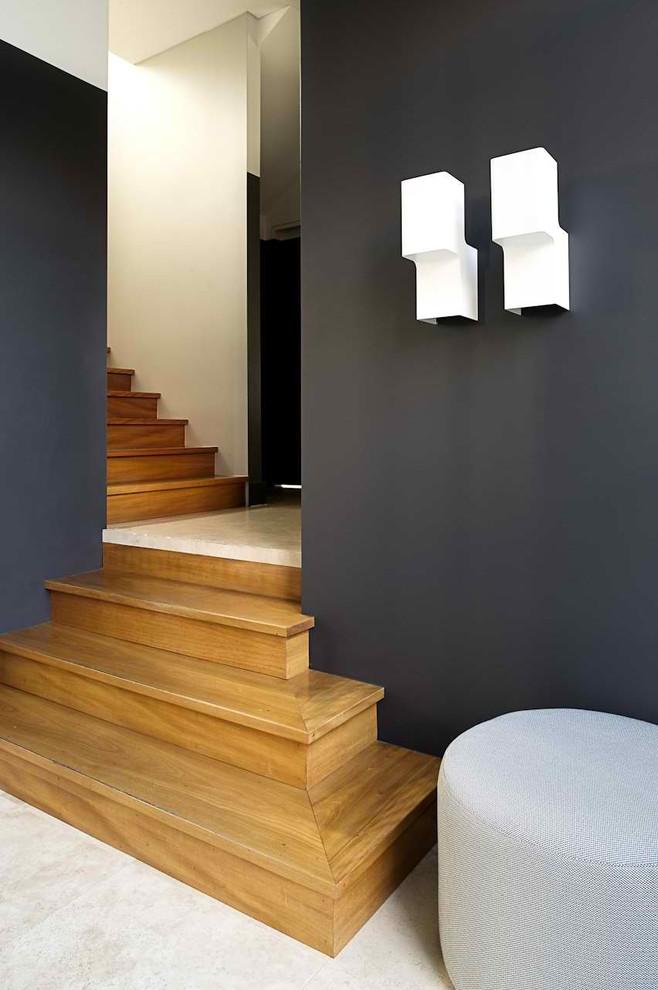 Ejemplo de escalera en L, actual, de tamaño medio, con escalones de madera y contrahuellas de madera