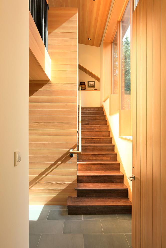 Foto de escalera recta, actual, con escalones de madera y contrahuellas de madera