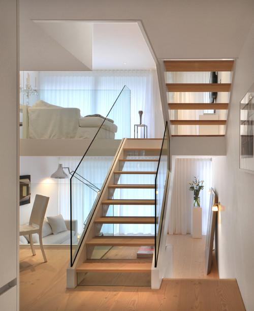 Лестница в интерьере двух уровневой квартиры скандинавский стиль