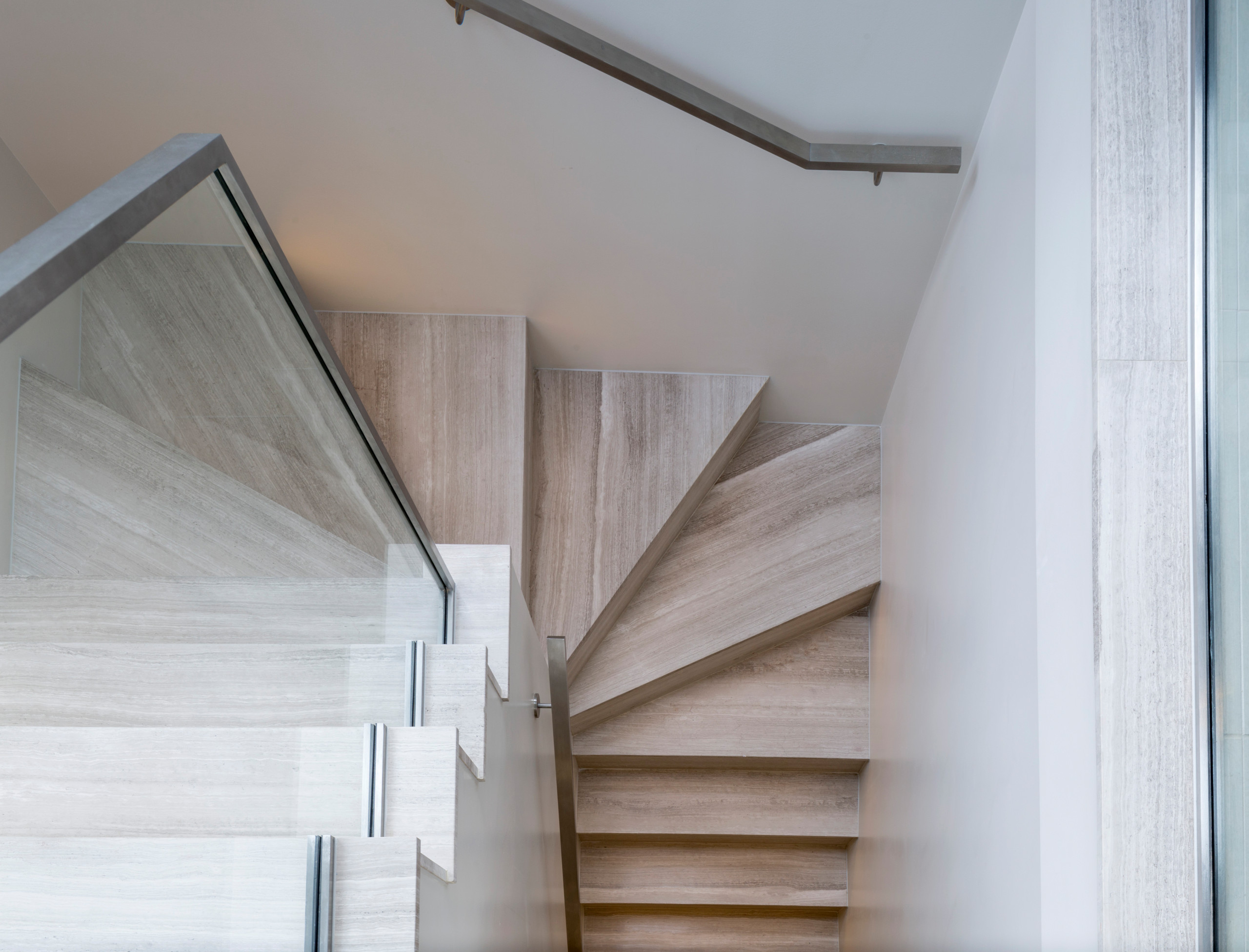 Carrelage Baker Street Blanc 75 beautiful brown staircase with limestone risers pictures