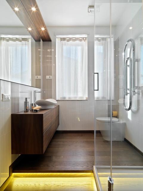 Esempio di una stanza da bagno contemporanea con pareti bianche, parquet scuro e lavabo a bacinella