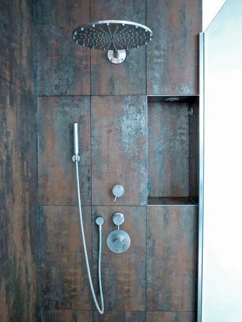 Angolo doccia con soffione di mina industriale stanza - Bagno piastrelle marroni ...