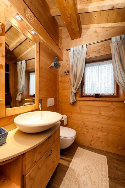 Bagno casa di montagna design casa creativa e mobili for Arredamento interni case montagna