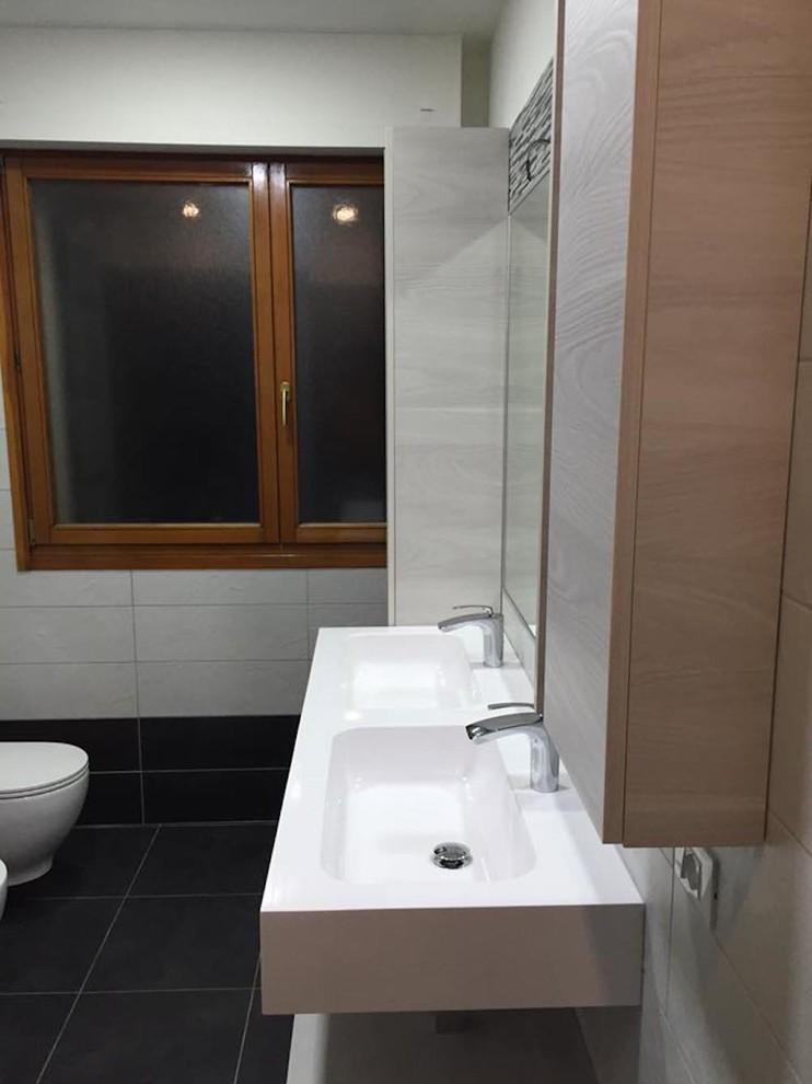 Esempio di una stanza da bagno minimal