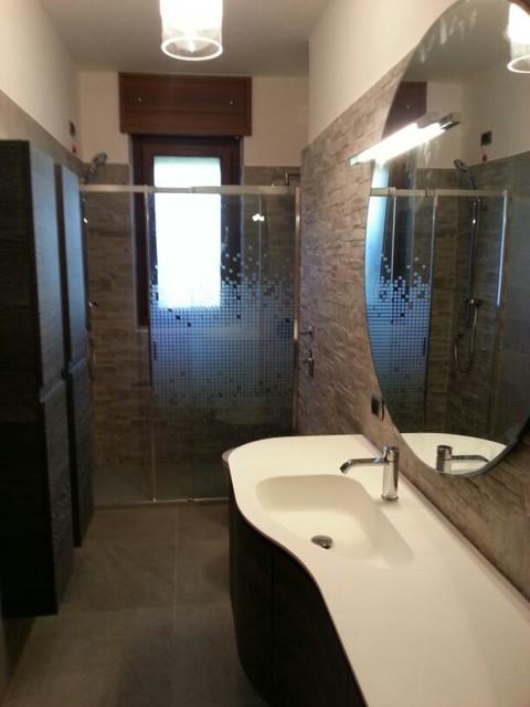 bagno con doccia zona finestra