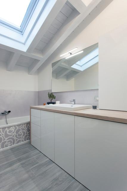 Bagno con lavatrice incassata - Moderno - Stanza da Bagno ...
