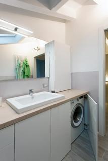 Bagno con lavatrice incassata moderno stanza da bagno - Camera nascosta in bagno ...