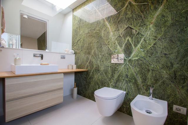 Bagno con marmo verde rainforest e una planimetria particolare