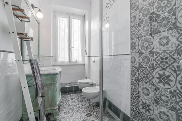 Bagno con piastrelle spagnole for Arredo bagno shabby chic