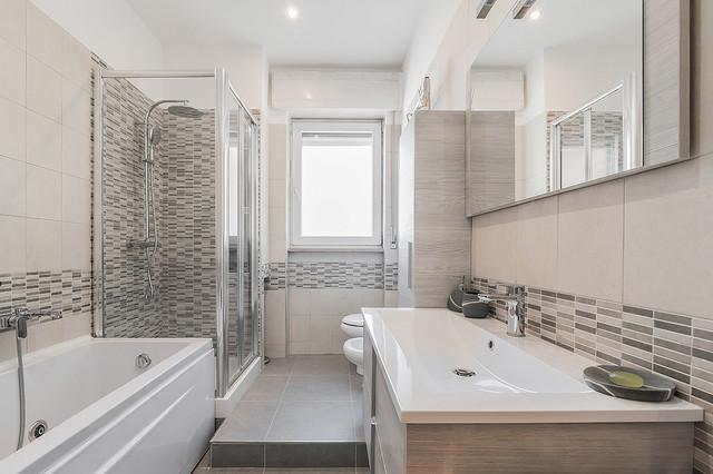 Idee per una stanza da bagno con doccia minimal di medie dimensioni con ante lisce, ante in legno chiaro, vasca freestanding, doccia ad angolo, piastrelle beige, piastrelle in ceramica, lavabo integrato e top in superficie solida