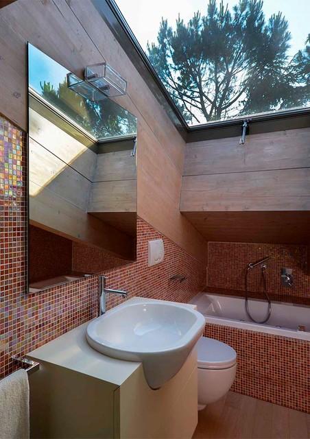 Bagno mansarda in mosaico e legno - Bagno in mansarda ...
