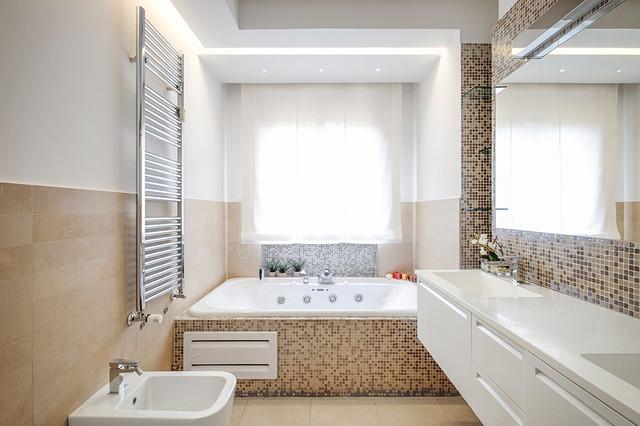 Bagno rivestimenti neutra e mosaico in vetro by casa dolce casa casamood contemporary - Mosaico vetro bagno ...