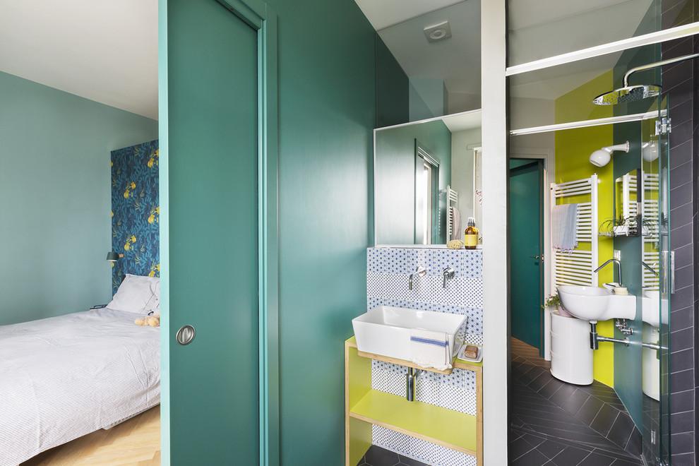Bild på ett funkis badrum, med en kantlös dusch, blå kakel, grå kakel, vit kakel, gröna väggar, ett fristående handfat, träbänkskiva, grått golv och dusch med gångjärnsdörr
