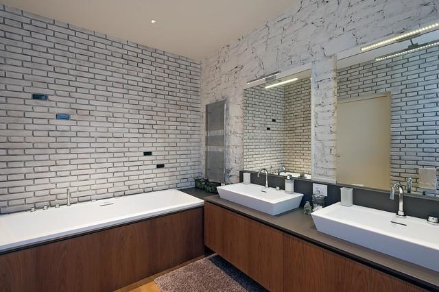 Immagine di una stanza da bagno padronale industriale di medie dimensioni con ante lisce, ante in legno bruno, vasca da incasso, pareti bianche, pavimento in legno massello medio e lavabo rettangolare