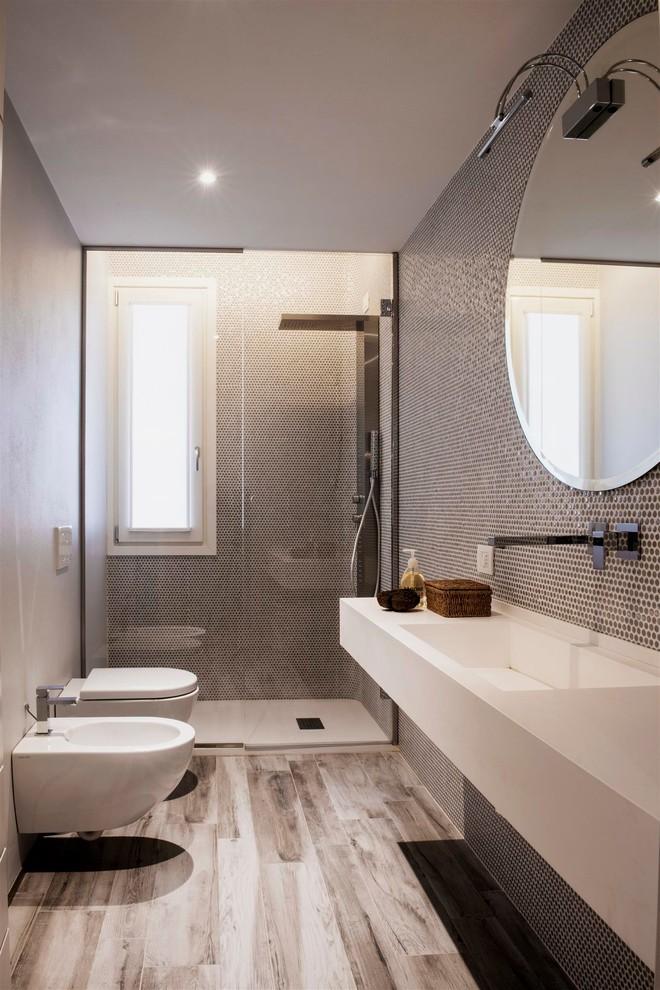 Idee per una stanza da bagno design con lavabo integrato, doccia alcova, WC monopezzo e pistrelle in bianco e nero