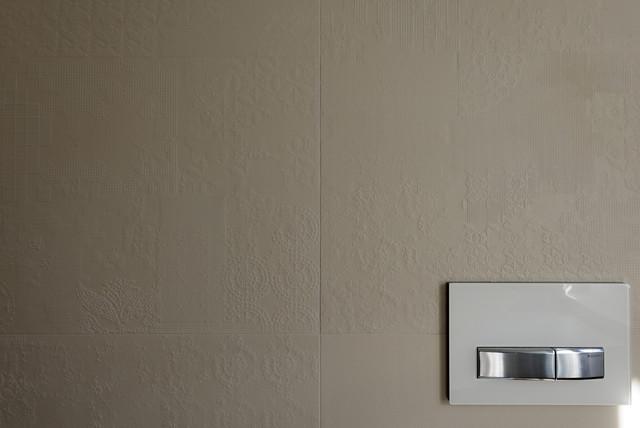Esempio di una grande stanza da bagno padronale design con ante bianche, vasca idromassaggio, doccia aperta, WC a due pezzi, piastrelle grigie, piastrelle in gres porcellanato, pareti bianche, parquet chiaro e lavabo a bacinella