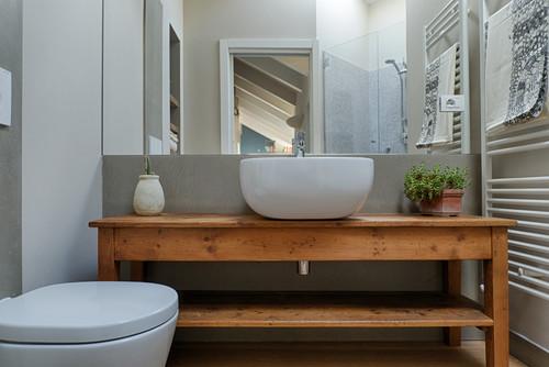 Una moderna stanza da bagno con lavandino impostare curve vanity