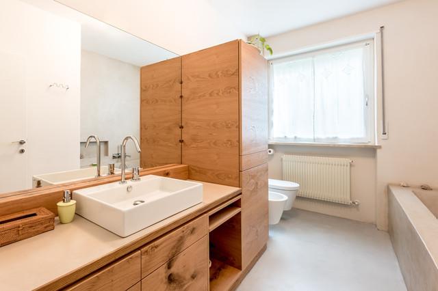 Foto di una stanza da bagno minimal con ante lisce, ante in legno scuro e top in legno