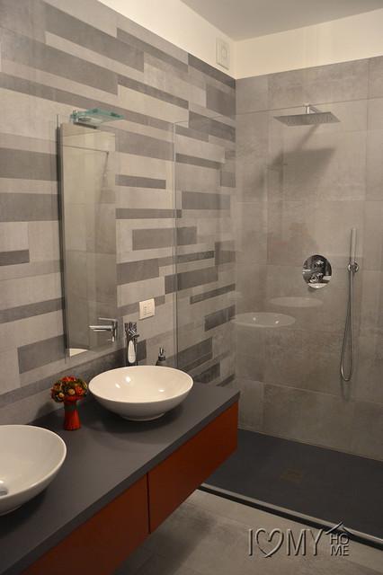 Immagine di una stanza da bagno con doccia moderna di medie dimensioni con ante lisce, ante rosse, doccia a filo pavimento, piastrelle grigie, pavimento in gres porcellanato e lavabo a bacinella