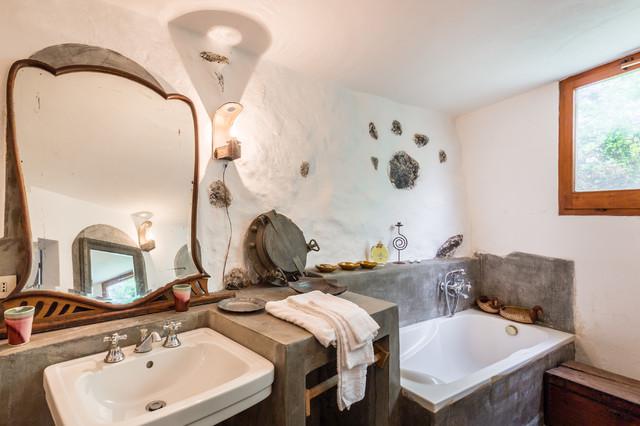 Ispirazione per una stanza da bagno padronale mediterranea di medie dimensioni con vasca da incasso, pareti bianche, top in cemento, nessun'anta, vasca/doccia e doccia aperta