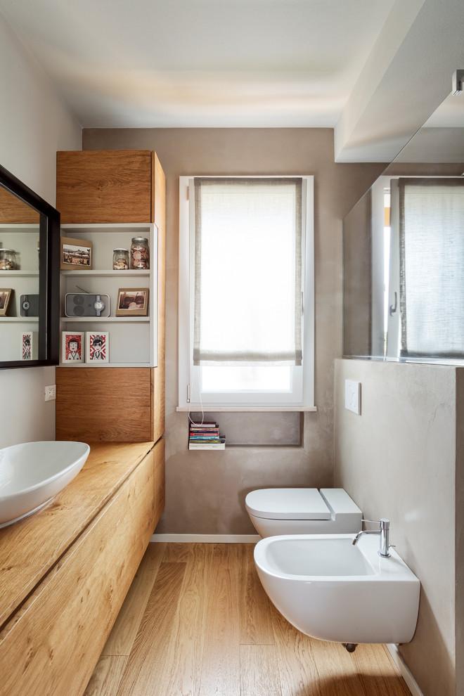 Ispirazione per una stanza da bagno moderna con ante in legno scuro, pareti grigie, top in legno, WC sospeso, parquet chiaro, lavabo a bacinella, pavimento beige e top beige