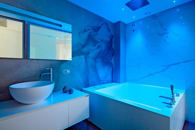 Inspiration för ett mellanstort funkis en-suite badrum, med vita skåp, ett fristående handfat, släta luckor och ett hörnbadkar