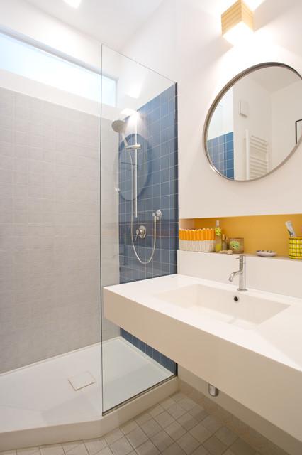 Immagine di una stanza da bagno con doccia bohémian con WC a due pezzi, pareti bianche, pavimento in terracotta, lavabo rettangolare, pavimento multicolore e top bianco
