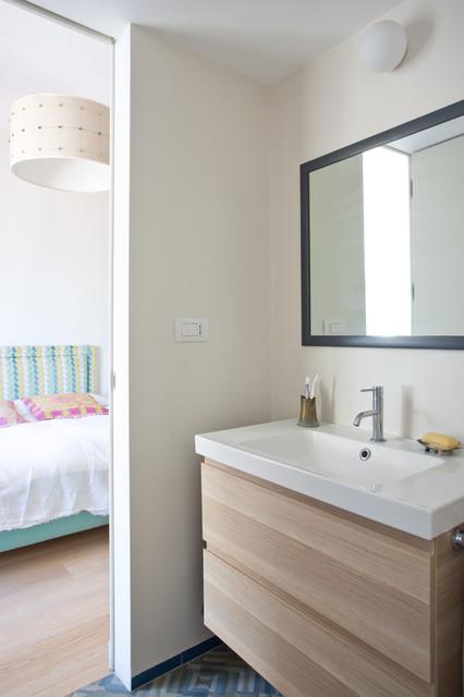 Ispirazione per una stanza da bagno con doccia eclettica con ante beige, WC a due pezzi, pareti bianche, pavimento in terracotta, lavabo rettangolare, pavimento multicolore e top bianco
