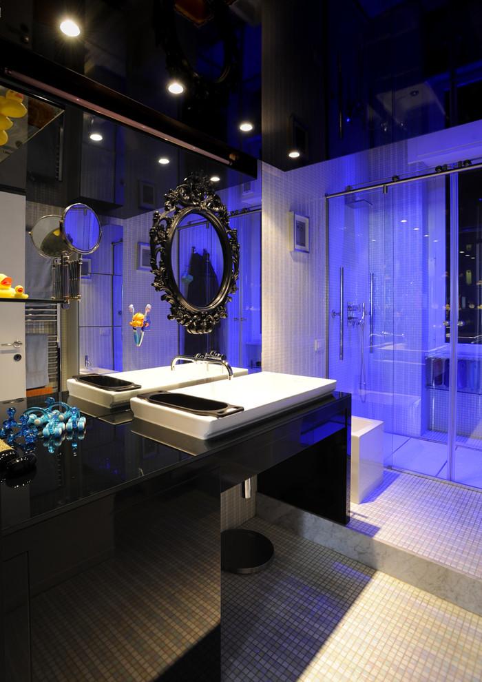 Ispirazione per una piccola stanza da bagno padronale contemporanea con ante lisce, ante nere, doccia a filo pavimento, pavimento con piastrelle a mosaico e porta doccia scorrevole