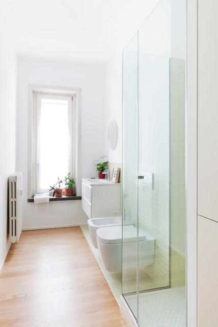 Idee per una stanza da bagno con doccia minimal di medie dimensioni con ante lisce, ante bianche, doccia ad angolo, WC sospeso, piastrelle verdi, piastrelle in ceramica, pareti bianche e parquet chiaro