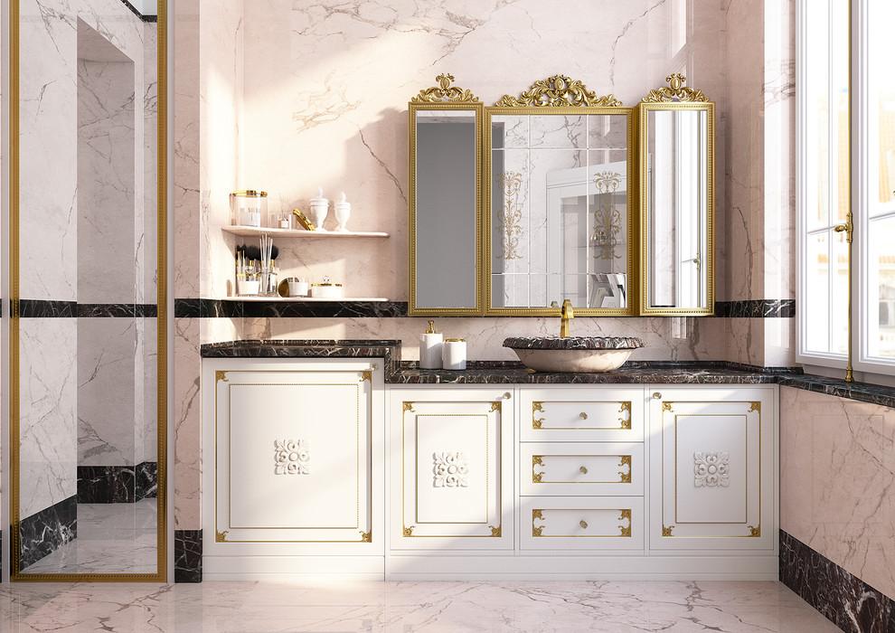 Modelo de cuarto de baño con ducha, tradicional, de tamaño medio, con suelo de mármol, armarios con paneles con relieve, puertas de armario blancas, ducha empotrada, sanitario de una pieza, baldosas y/o azulejos rosa, baldosas y/o azulejos de mármol, paredes rosas, lavabo sobreencimera, encimera de mármol, suelo rosa, ducha con puerta con bisagras y encimeras rojas