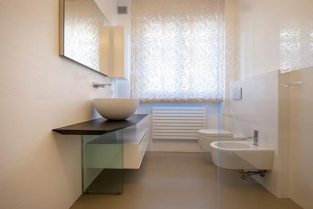 Esempio di una stanza da bagno con doccia minimal di medie dimensioni con ante lisce, ante bianche, WC sospeso, piastrelle beige, pareti bianche, lavabo a bacinella e top in legno