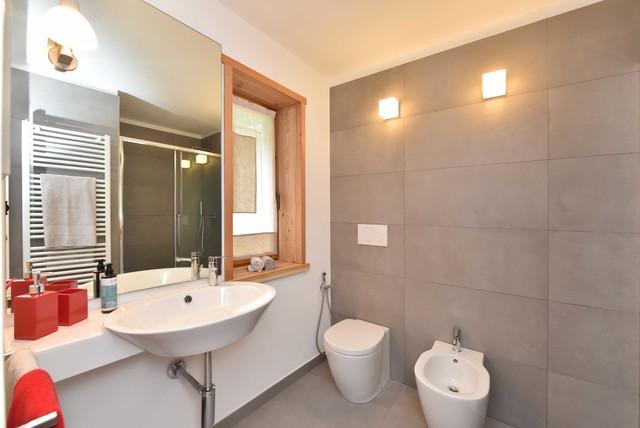Sulla parete in piastrelle del bagno sono stati applicati dei cubi