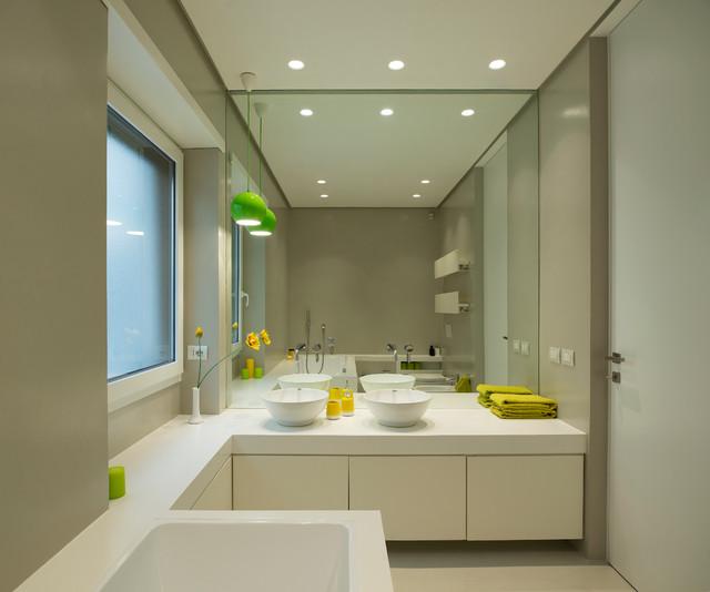 Immagine di una stanza da bagno padronale contemporanea di medie dimensioni con ante lisce, ante bianche, vasca da incasso, pareti beige e lavabo a bacinella