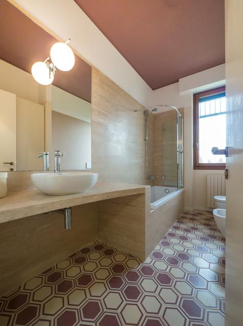 Travertino e colore tra moderno e vintage moderno - Stanze da bagno moderne ...