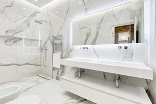 Bagno Con Ante Bianche E Pavimento In Marmo Foto Idee Arredamento