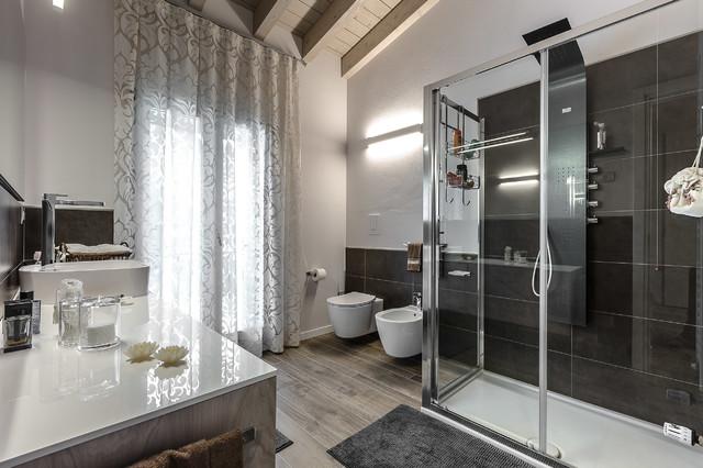Ispirazione per una stanza da bagno con doccia contemporanea con doccia ad angolo, WC sospeso, pareti bianche e parquet scuro