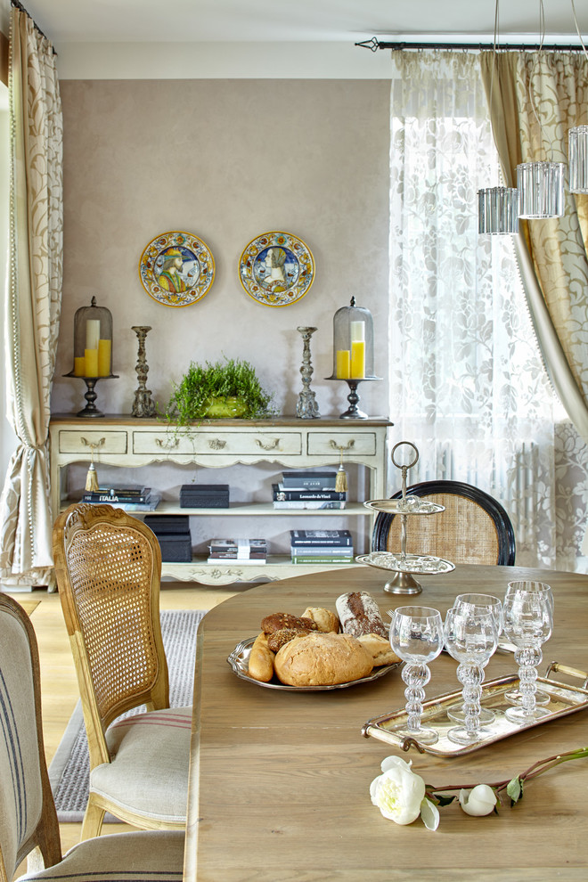 Eclectic light wood floor dining room photo in Moscow with beige walls