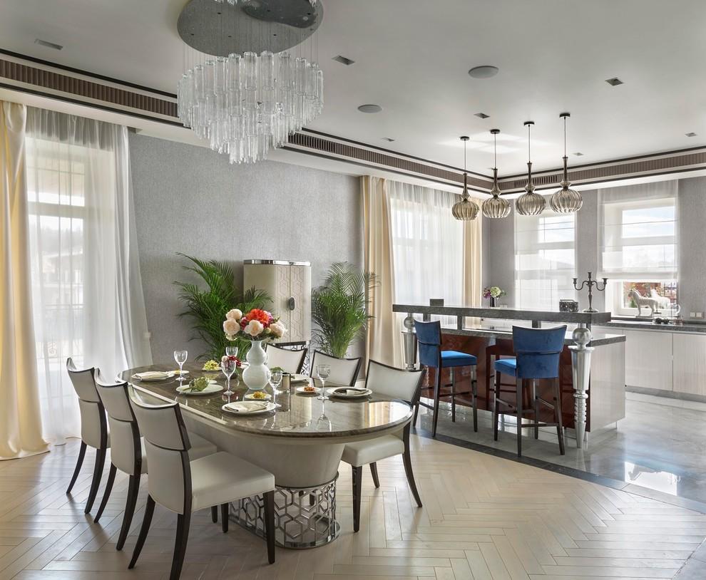 Пример оригинального дизайна: кухня-столовая в классическом стиле с серыми стенами и светлым паркетным полом