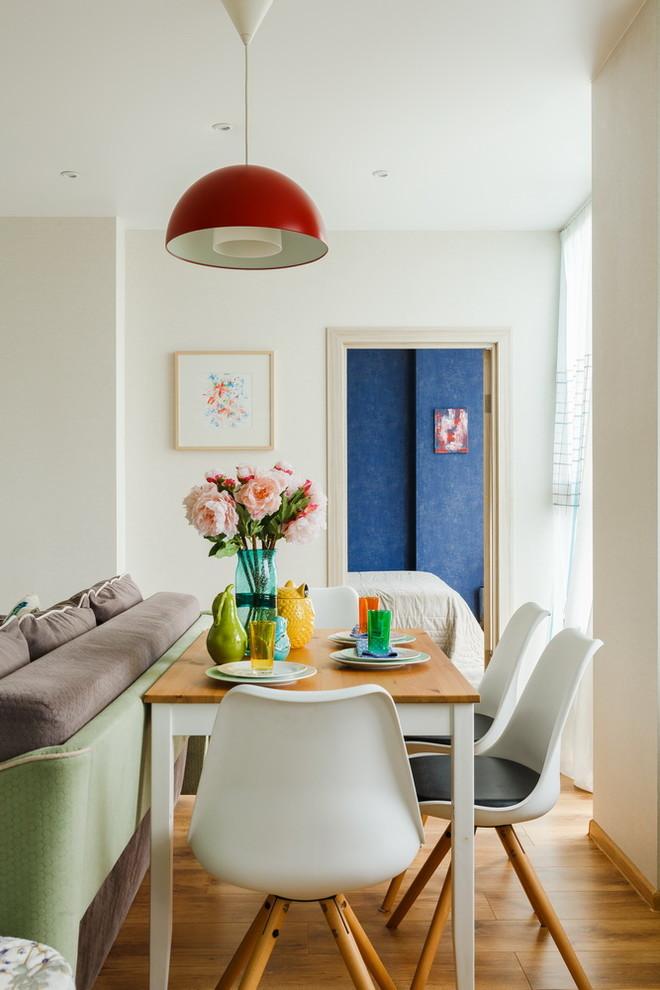 Свежая идея для дизайна: гостиная-столовая в скандинавском стиле с белыми стенами, паркетным полом среднего тона и коричневым полом - отличное фото интерьера