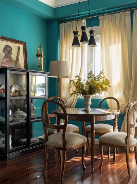 Imagen de comedor ecléctico con paredes azules, suelo de madera en tonos medios y suelo marrón
