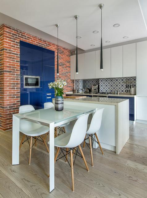 Свежая идея для дизайна: кухня-столовая в современном стиле с светлым паркетным полом - отличное фото интерьера