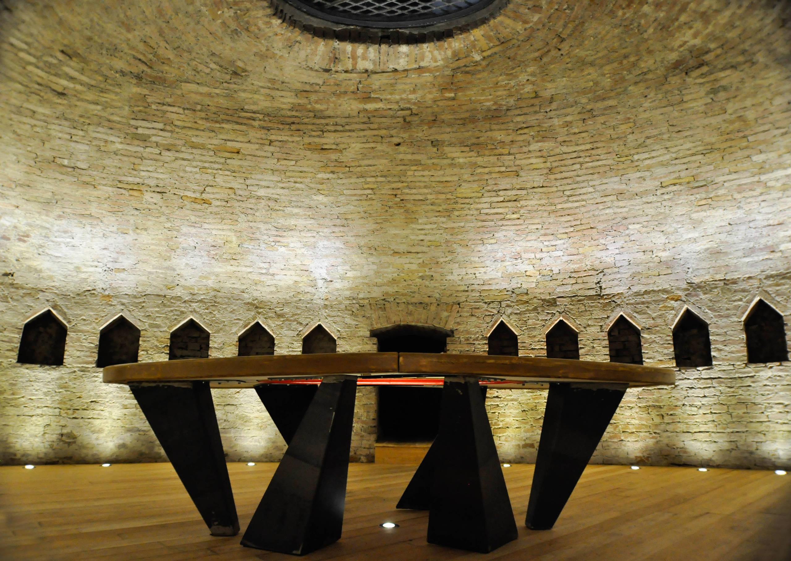 La cripta e il tavolo | Realizzazione tavolo per riunioni