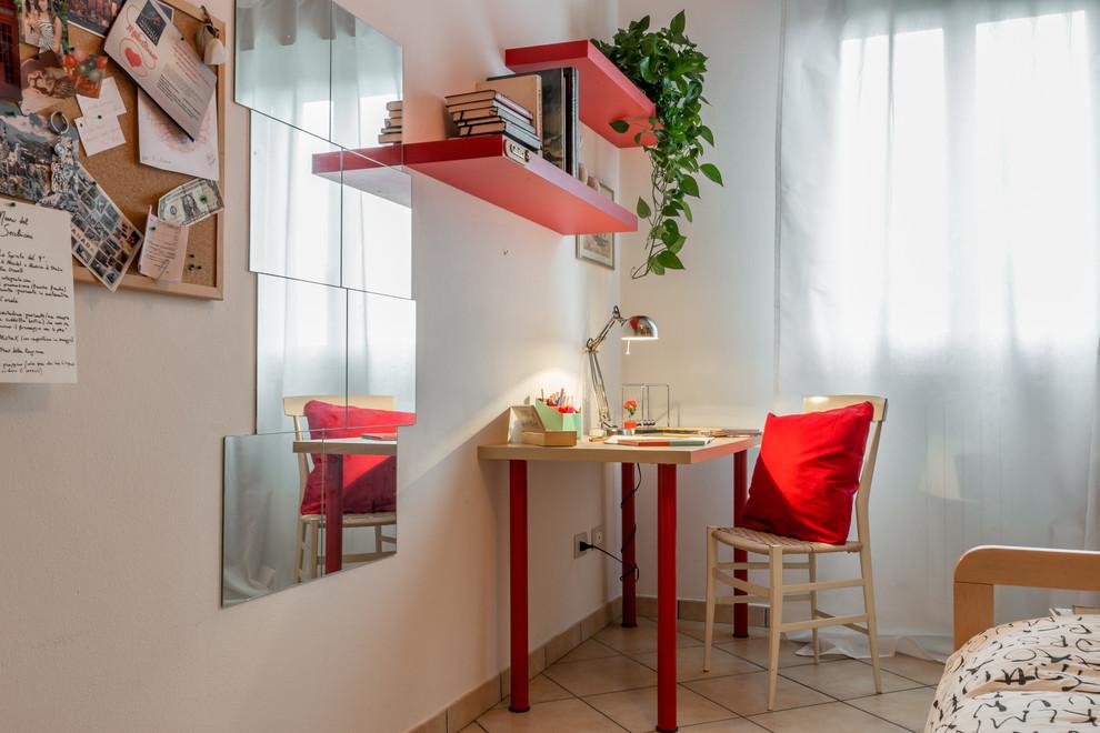 Ispirazione per un ufficio scandinavo con pareti bianche e scrivania autoportante