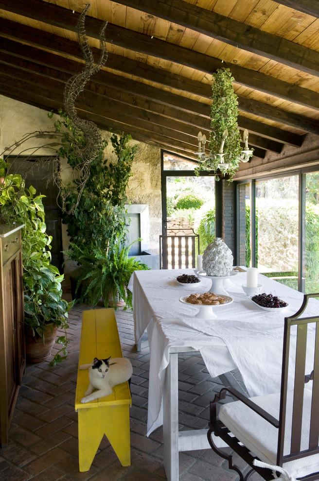 Imagen de galería romántica, de tamaño medio, sin chimenea, con suelo de ladrillo y techo estándar