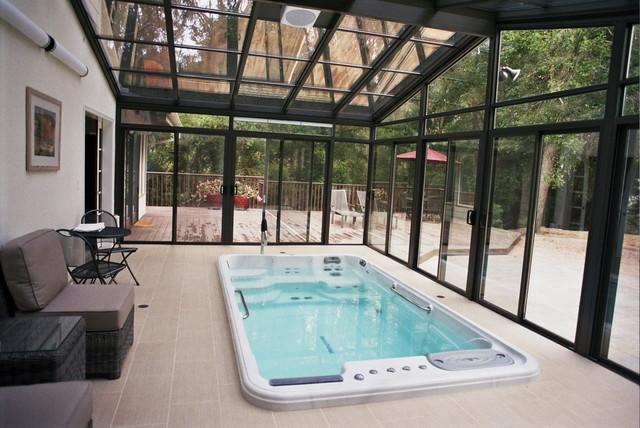 Sunroom spa enclosure v randa et verri re autres p rim tres par fourseasonssunrooms for Salon dans veranda