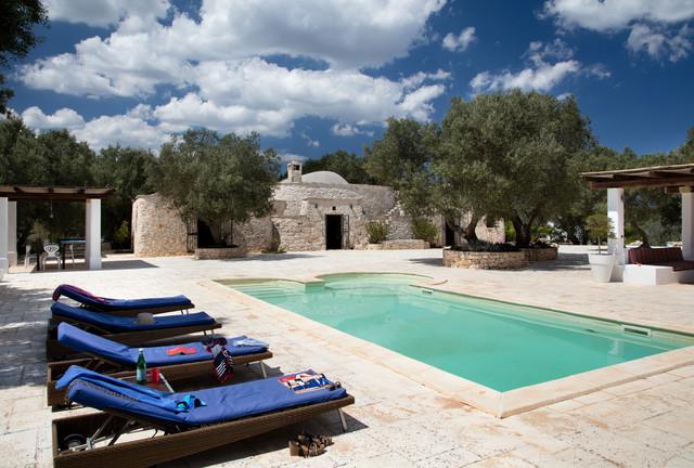 Idee per una piscina mediterranea personalizzata con una dépendance a bordo piscina