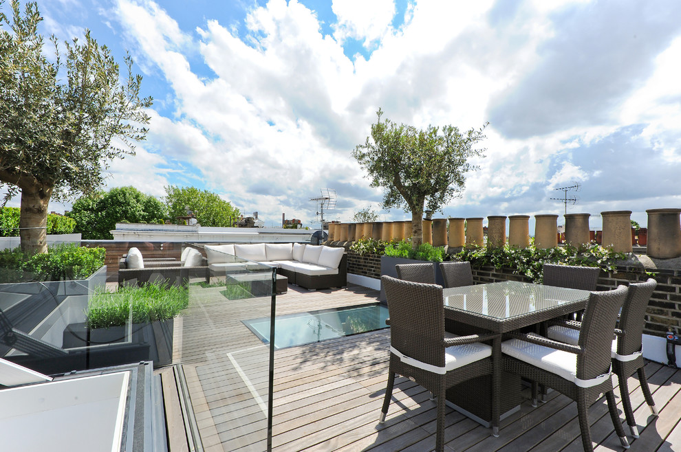 Example of a mid-sized transitional rooftop rooftop deck design in London with no cover