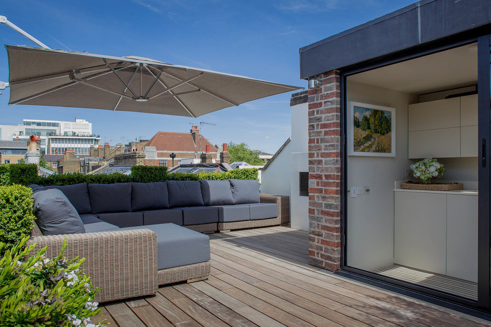 Mid-sized transitional rooftop rooftop deck container garden photo in London