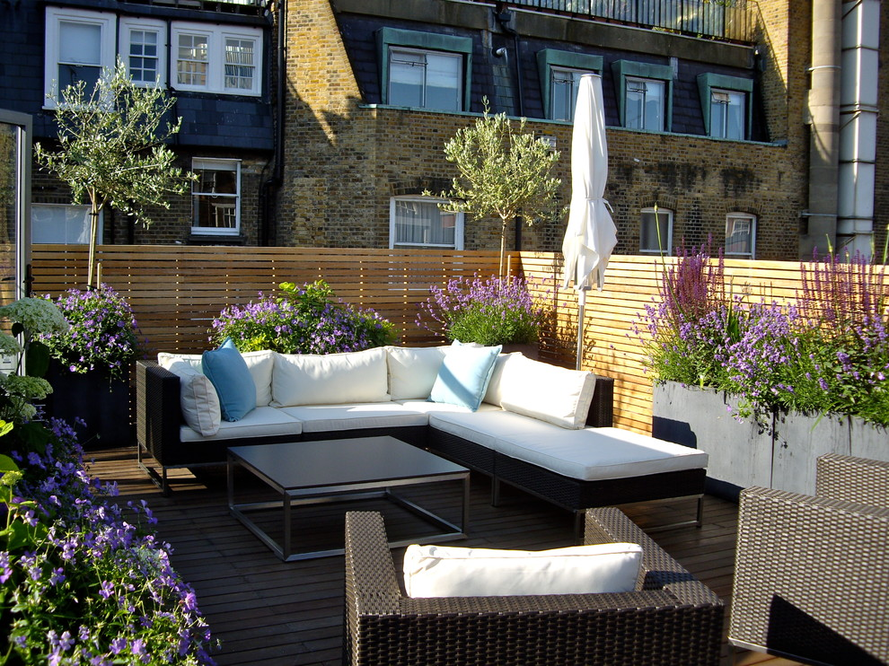 Example of a trendy rooftop rooftop deck design in London